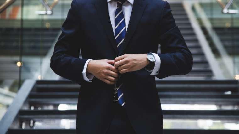 Curatarea Costumului Barbatesc – Cum sa ai Grija de Costumul Tau curatare costum barbatesc