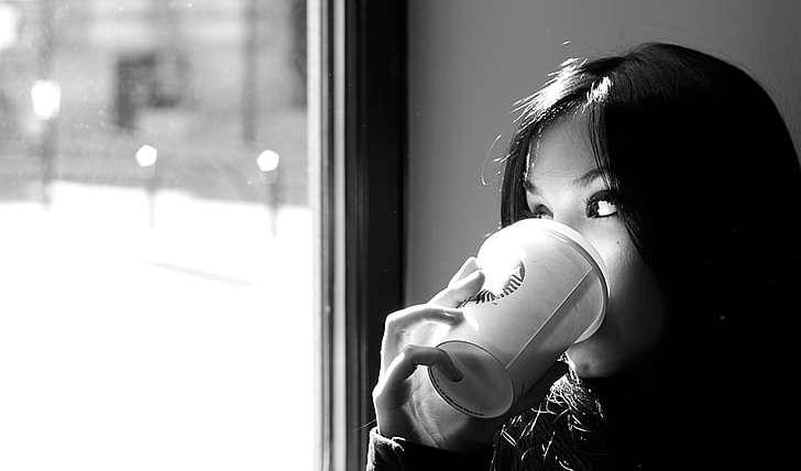 femeie bând cafea